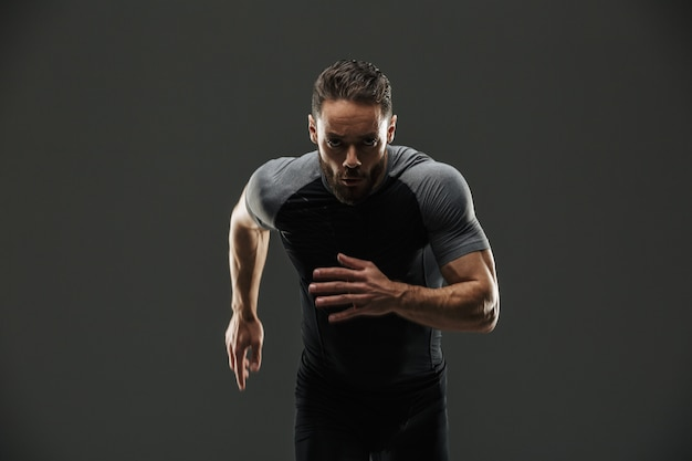 Retrato de un deportista musculoso seguro