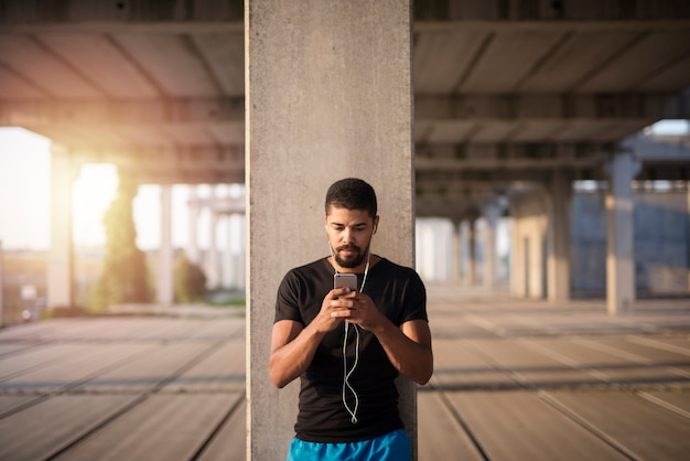 Retrato de deportista preparándose para entrenar en el gimnasio