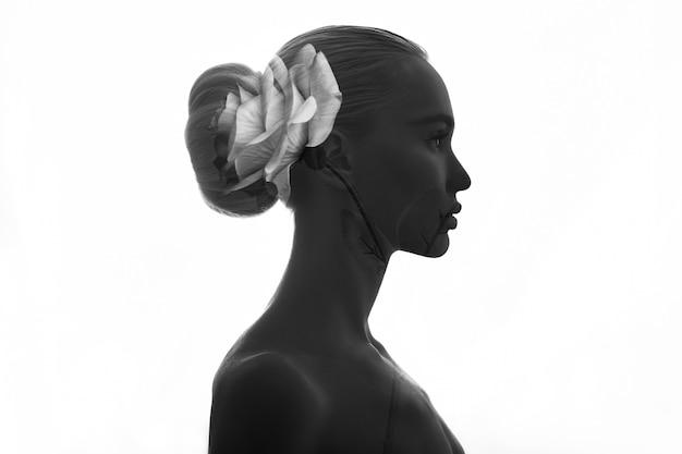 Retrato desnudo niña doble exposición rosa flores