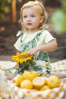 Retrato de detalle de niña linda sobre fondo de verano.