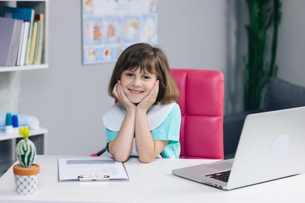 Retrato divertido niño niña médico. médico de niño preescolar pequeño adorable feliz mirando al frente.
