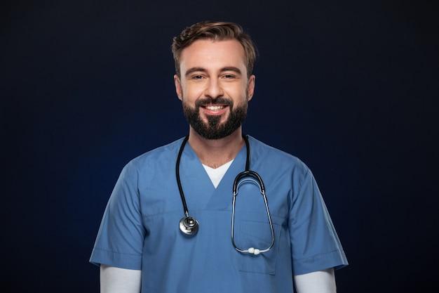 Retrato de un doctor hombre alegre