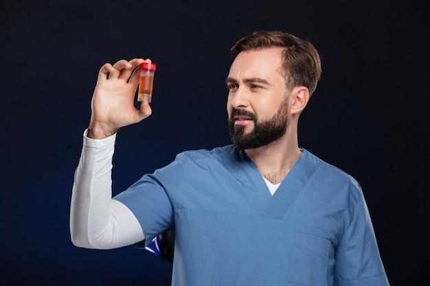 Retrato de un doctor hombre confundido vestido con uniforme