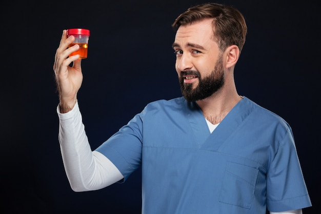 Retrato de un doctor hombre perplejo vestido con uniforme