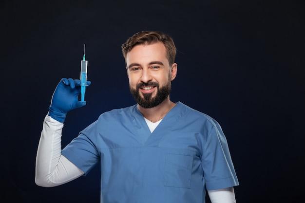 Retrato de un doctor hombre sonriente vestido con uniforme