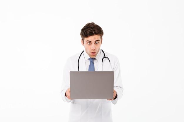 Retrato de un doctor hombre sorprendido con estetoscopio