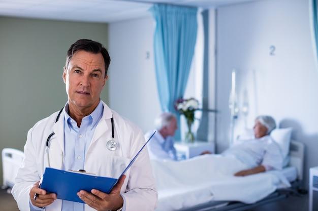 Retrato del doctor hombre sosteniendo informe médico