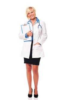 Retrato de doctora con portapapeles
