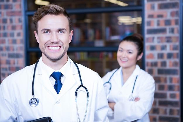 Retrato de doctores sonriendo en el hospital