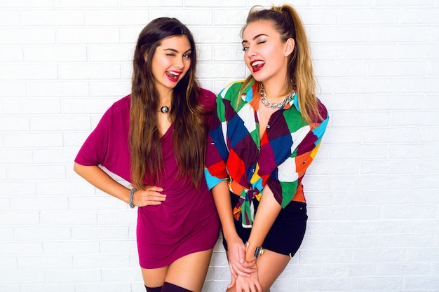 Retrato de dos amigas bastante adolescentes sonriendo y posando