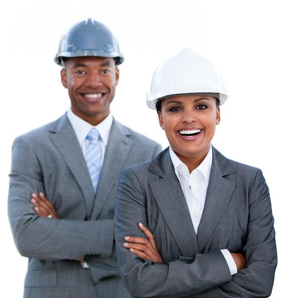 Retrato de dos arquitectos con los brazos cruzados.