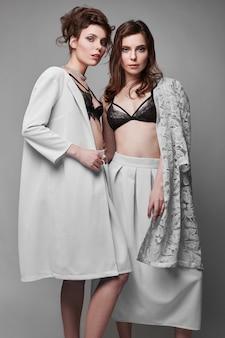 Retrato de dos bellas y sensuales modelos morenas