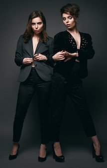 Retrato de dos bellas y sensuales morenas modelos gemelas