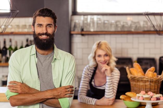 Retrato de dos camareros casuales