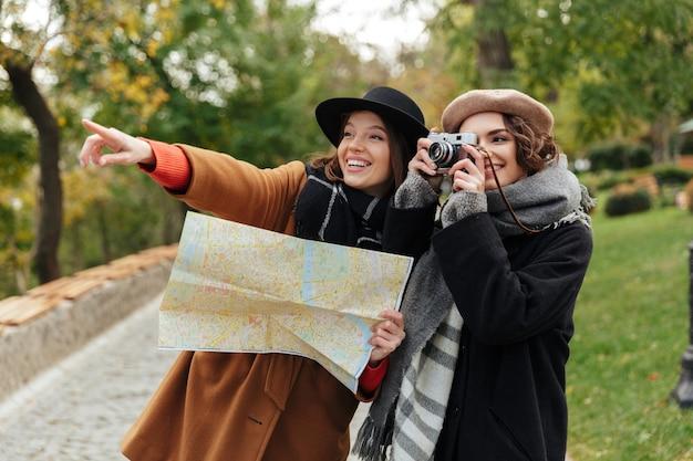 Retrato de dos chicas alegres vestidas con ropa de otoño