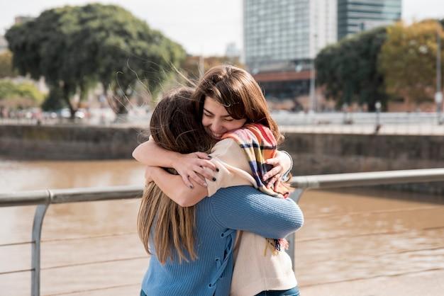 Retrato de dos chicas en entorno urbana pasándoselo bien