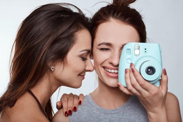 Retrato de dos chicas locas mejores amigas hipster