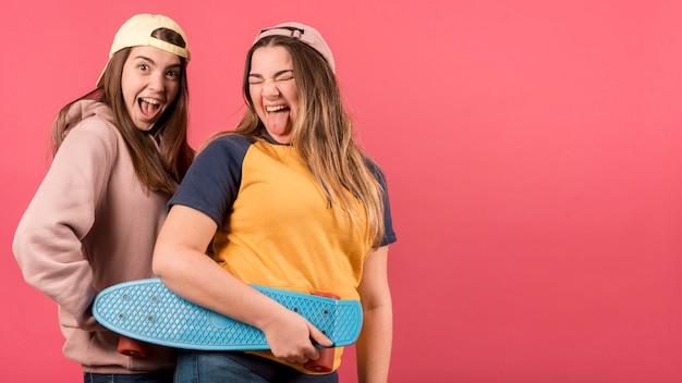 Retrato de dos chicas sobre fondo rojo