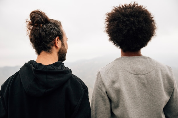 Retrato de dos excursionistas masculinos