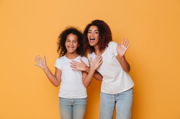 Retrato de dos hermanas africanas alegres