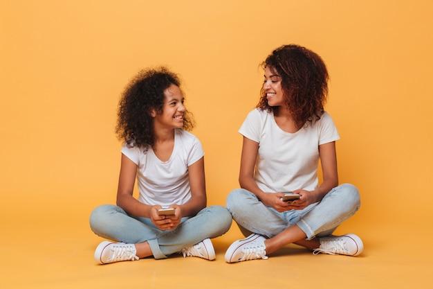 Retrato de dos hermanas afroamericanas alegres
