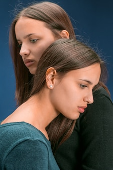 Retrato de dos hermosas gemelas jóvenes