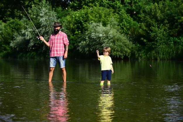 Retrato de dos hombres de generación pescando papá y su hijo hijo están pescando en el fondo del cielo padre y ...