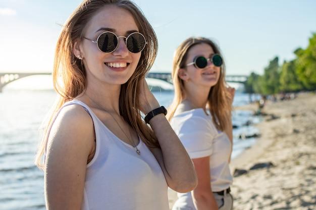 Retrato de dos jóvenes chicas guapas en la playa