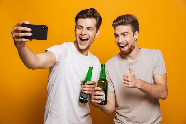 Retrato de dos mejores amigos alegres jóvenes