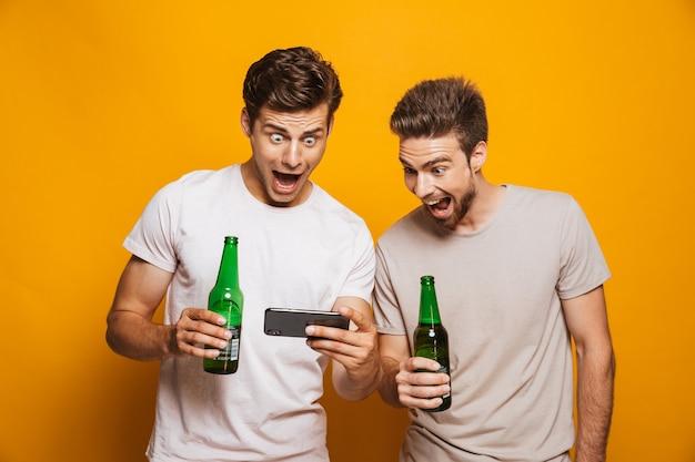 Retrato de dos mejores amigos felices de los hombres jóvenes