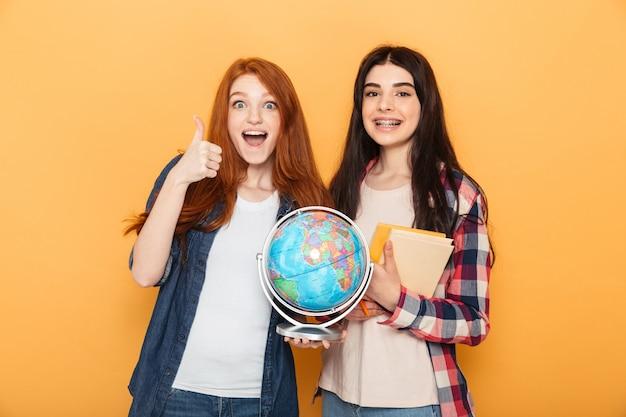 Retrato de dos mujeres jóvenes felices de la escuela