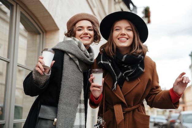 Retrato de dos niñas felices vestidas con ropa de otoño