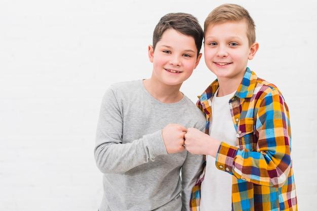Retrato de dos niños en casa