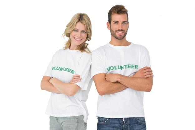 Retrato de dos voluntarios felices con las manos cruzadas