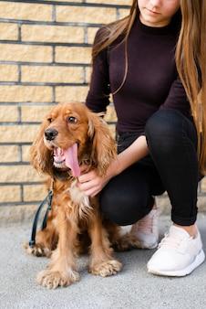Retrato del dueño con su cachorro