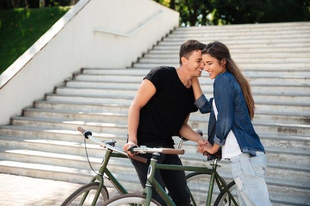 Retrato de una dulce joven pareja enamorada