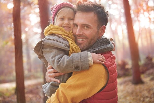 Retrato de dulce niña con papá