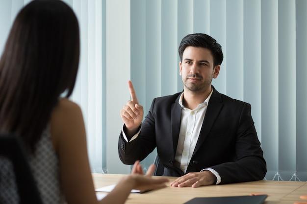 Retrato de ejecutivo serio explicando tareas a empleado