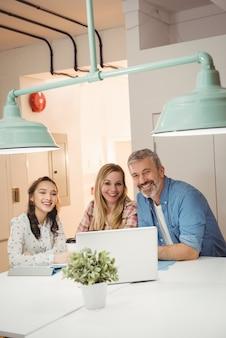 Retrato de ejecutivos sonrientes