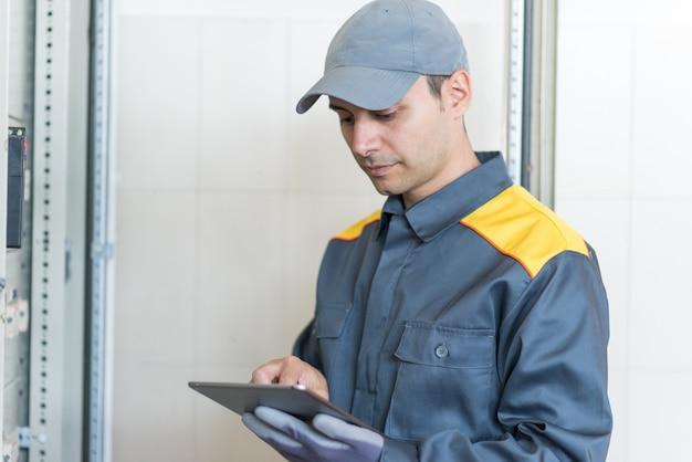 Retrato de un electricista en el trabajo