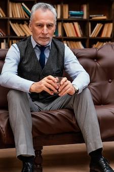Retrato elegante anciano con traje