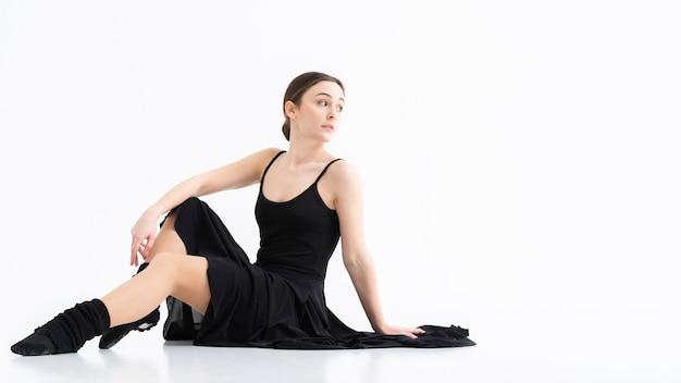 Retrato de elegante bailarina adulta posando
