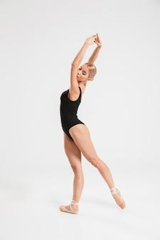 Retrato de una elegante bailarina joven bailarina posando