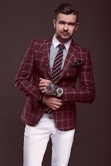 Retrato de elegante hombre brutal en un traje de lana
