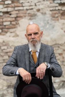 Retrato, de, elegante, hombre mayor, sentado, aire libre