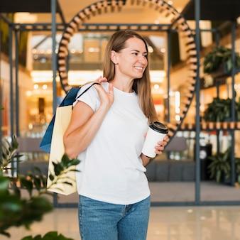 Retrato, de, elegante, mujer, proceso de llevar, bolsas de compras