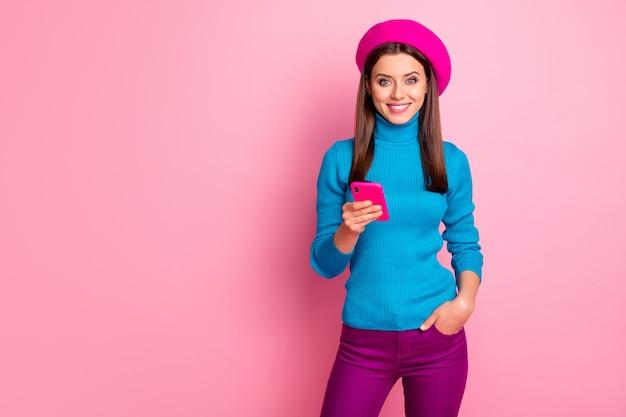 Retrato de ella, bonita, atractiva, encantadora, alegre, alegre y alegre chica de cabello castaño usando un dispositivo digital de aplicación 5g como multimedia.