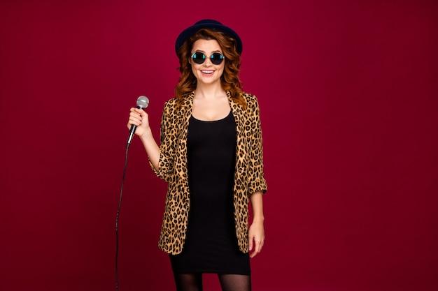 Retrato de ella, bonita, atractiva, de moda, encantadora, bonita, alegre, alegre, alegre, chica de pelo ondulado, pasando el fin de semana, cantando, golpe, aislado sobre fondo de color rojo granate borgoña marsala