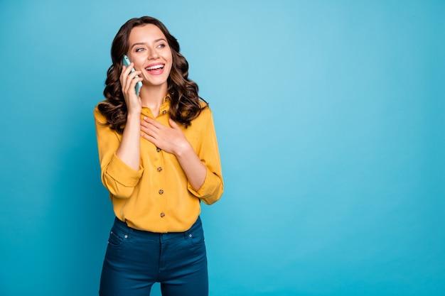 Retrato de ella ella agradable atractiva encantadora bastante alegre alegre alegre niña de pelo ondulado llamando a casa discutiendo noticias.