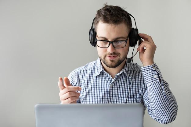 Retrato de empleado con auriculares